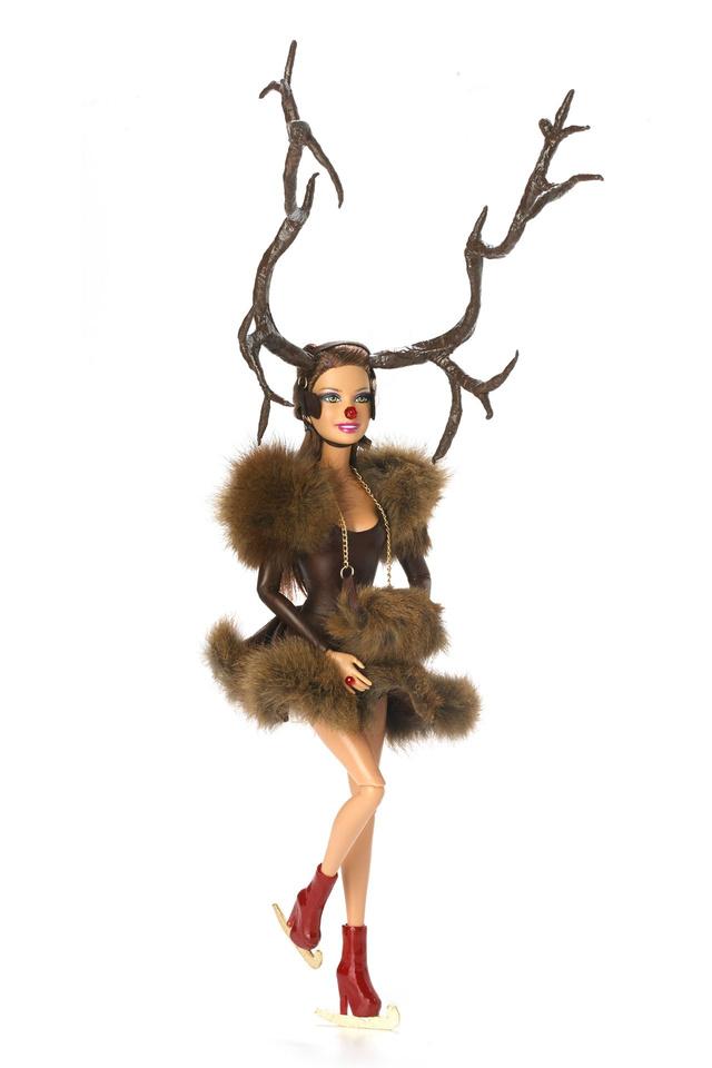 Óriás agancsokkal korcsolyázó Barbie a neves kalapostól és a Matteltől.