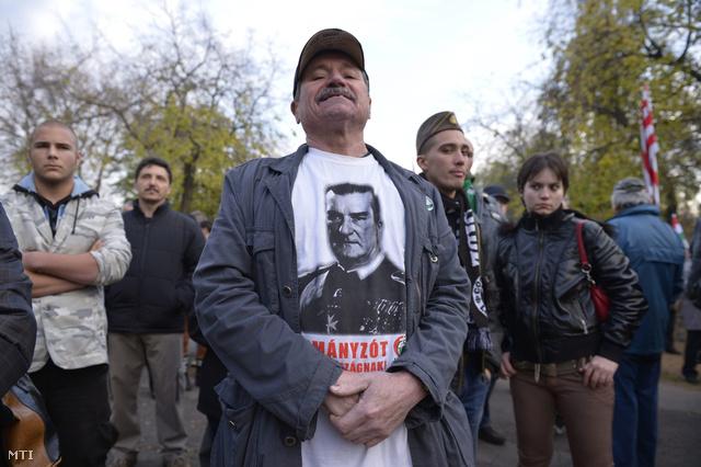 Résztvevők a Jobbik demonstrációján amelyet Horthy Miklós 1919-es budapesti bevonulásának érvfordulóján tartottak a fővárosban
