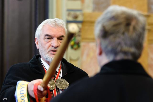 Várkonyi György a fertálymesteri testület főkapitánya avat fel egy új tagot a fertálymesterek avatása alkalmából rendezett ünnepségen az egri városházán.