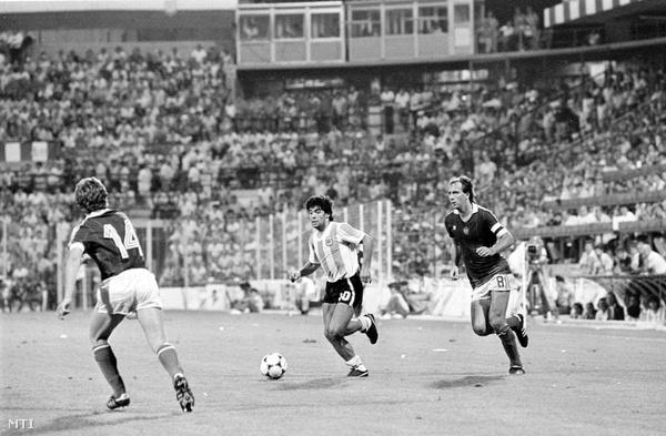 1982. június 18. Maradona (k) vezeti a labdát Nyilasi Tibor (j) és Sallai Sándor között a spanyolországi labdarúgó világbajnokságon rendezett Argentína-Magyarország mérkőzésen (4:1).