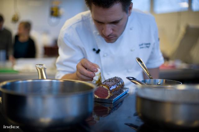 Széll Tamás mesterszakács készül a 2013-as Bocuse D'Or-ra itthoni gyakorlókonyhájukban