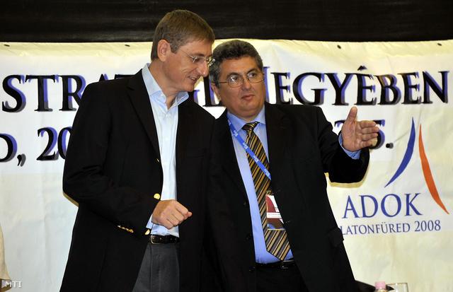 Gyurcsány Ferenc és Szikora János az APEH elnöke beszélgetnek az Adóhivatali Dolgozók Országos Konferenciáján, 2008-ban