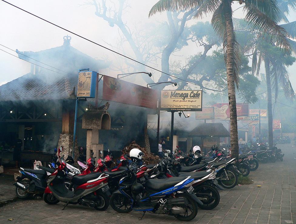 A főváros közelében található Jimbaran kétszeresen is népszerű: egyrészt itt található Bali egyik kellemes strandja, másrészt itt működnek a legjobb haléttermek, ahol a vendégek által kiválasztott halakat, rákokat, kagylókat faszénen megsütik, majd a tengerparton, az öböl homokjára kitett asztaloknál szervírozzák