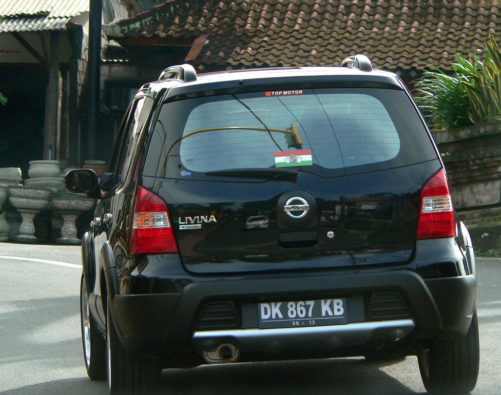 Ezt a Nissant nem nagyon ismerjük Európában, de nem is nekünk készül: a Note unokatestvérét, a Livinát a fejlődő piacokon forgalmazzák, és több országban is gyártják, például Kínában és Indonéziában. Az indonéz változat 1,5 literes benzinmotorral készül. Képünkön a jobban felszerelt, látványosabb, X-Gear kivitel látható – de ami igazán érdekes számunkra, hogy alighanem egy Balira szakadt hazánkfia vagy -lánya birtokolja. Különben mit keresne rajta a magyar zászló? Külföldiek számára viszonylag nehéz vállalkozni Balin (például nem lehet saját tulajdonú ingatlanuk), de nem is lehetetlen, többen működtetnek szálláshelyeket, illetve nyújtanak turisztikai szolgáltatásokat