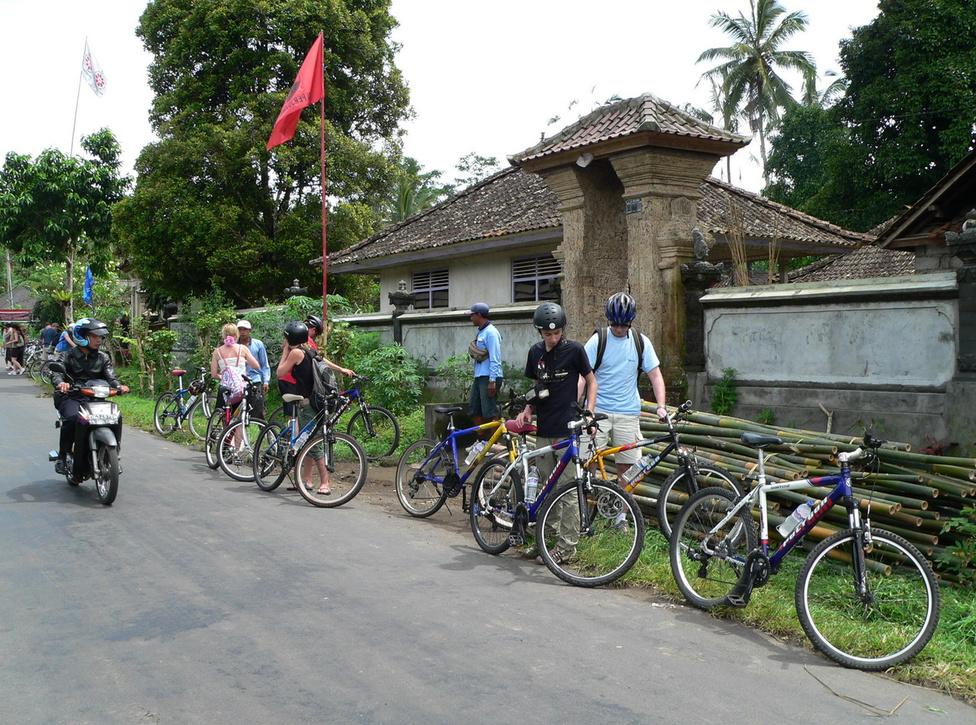 Balin bringázni remek móka! Ahogy robogót, úgy biciklit is számtalan helyen bérelhetünk, de a kaotikus forgalomban való kínlódás helyett talán érdemesebb befizetni egy célzott túrára, amelynek az útvonalát úgy alakították ki, hogy elkerülje a zsúfolt utakat, viszont gyönyörű falvakon át, gondozott rizsföldek között vezessen. És lehetőleg többnyire lefelé lejtsen, mert 35 fokban, közel 100 százalékos páratartalom mellett tartósan felfelé tekerni biztosan elismerésre méltó sportteljesítmény, de talán nem túl nagy élvezet. Klasszikusnak is nevezhető az a túra, amelyik a Kintamaniból, a Batur vulkán közeléből indul, és Ubudig vezet le. Az út végén többfogásos ebéddel pótolhatjuk az elégett kalóriákat, így testileg-lelkileg feltöltődve köszönhetünk el a szervezőktől
