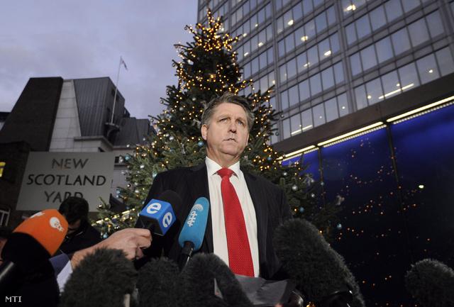 Kevin Hyland nyomozó újságíróknak nyilatkozik a londoni rendőrfőkapitányság épülete, a New Scotland Yard előtt