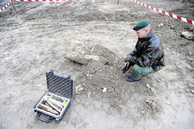 A tűzszerészek megkezdték a világháborús bomba hatástalanítását.