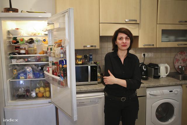 Zalai Ágnes és a szerkesztőségi hűtőszekrény