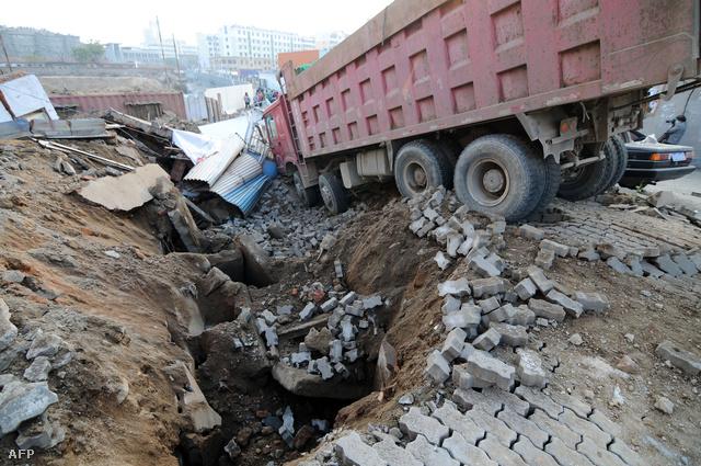 A város Hungtao nevű kerületében a föld alatt húzódó olajvezetéken hajnalban észleltek szivárgást, majd délelőtt, a helyreállítás során két robbanás történt.