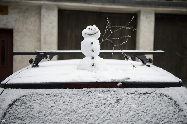 Hétfőn délelőtt az országban már többfelé havazik, helyenként erős szél is kíséri az első havat. Galyatőt és a magasabban fekvő helyeket már vékony hóréteg borítja. Örüljön velünk az első hónak!