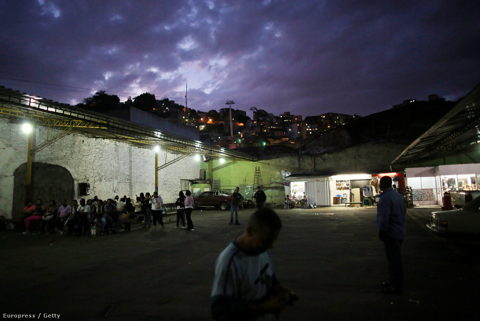 Rio pályázatával három másik várost, Tokiót, Chicagót és Madridot utasította maga mögé a Nemzetközi Olimpiai Bizottság szavazásán, 2009 október 2-án. A hétmilliós város merész tervekkel indult, ahogy Sydney megkapta az akkori NOB-elnöktől, Juan Antonio Samaranchtól a valaha volt legjobb jelzőt, úgy Rio is erre vágyik.