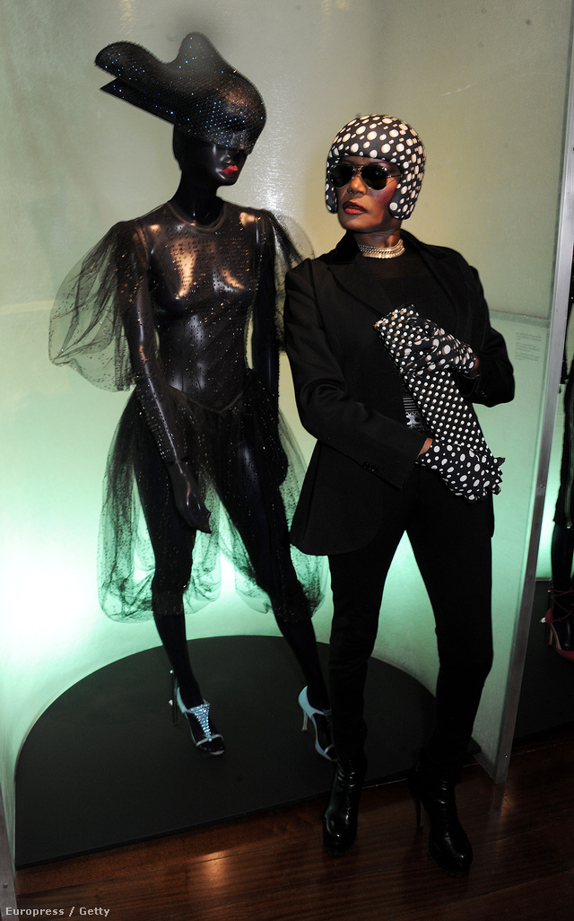 Az egykori szupermodell a kiállítás megnyitóján.