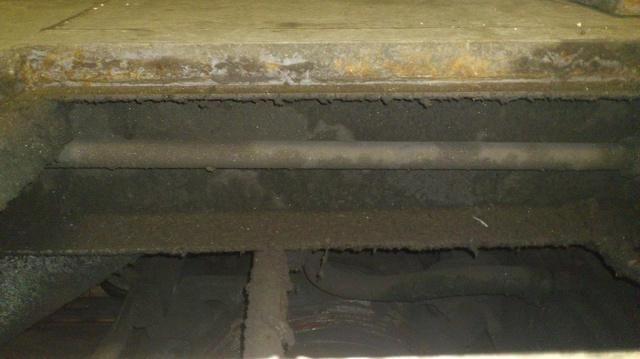 A kép a padlódugót felemelve készült (a metróvezető fotója)