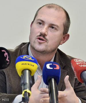 Marian Kotleba sajtóértekezletet tart Besztercebányán 2013. november 24-én, miután győzött.