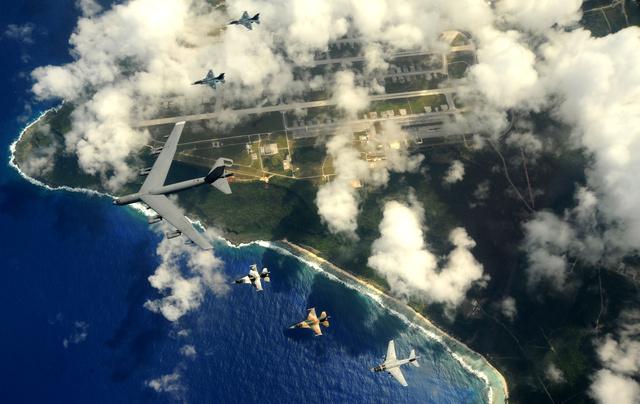 B-52 Stratofortress és kisebb harci repülők alakzatban Guam felett