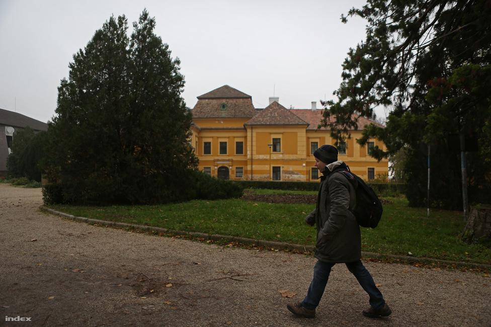 A lesencetomaji intézet épületegyüttese korábban különféle nemesi családok tulajdonában állt.                         Az 1732-ben épült kastély eredetileg a Nedeczky család vadászkastélya volt, majd egy cseh gróf,                          még később pedig a Festetics–Károlyi család vette meg, az ötvenes években kezdték szociális                          intézményként használni. Először a tapolcai szegényház és idősotthon lakóit telepítették ide. A                          nyolcvanas évektől működik fogyatékkal élők és súlyos pszichiátriai betegek intézményeként, idén                          140 értelmi fogyatékos és 56 pszichiátriai beteg lakja.