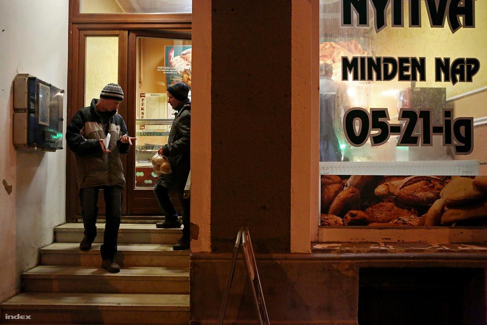 A Nemzeti Erőforrás Minisztérium 2011-es felmérése szerint Magyarországon körülbelül húszezer fogyatékos ember él tartósan bentlakásos tömegintézményben. Ezeknek az embereknek a többsége nem beteg, csak a mindennapi élet egyes területein jobban segítségre szorul, mint az átlag. Zoltánnak például azt kellett megtanulnia, hogy nem érdemes a hónap első negyedében elköltenie az összes pénzét, György pedig egy fodrászbaleset után ébredt rá, hogy viselnie kell a következményét annak, ha azt kéri a fodrásztól, hogy tolja le kopaszra a haját.                                                   A tömegintézetek lakóinak többsége valóban rászorul valamifajta segítségre, de a szakma egyöntetű véleménye szerint a támogatás, a minden érintett számára hatékonyabb, önálló élet kialakítása jobban kielégíthető egyéni vagy kiscsoportos szinten, a nagy tömegintézmények helyett. Az Európai Fogyatékosságügyi Stratégia is ezt az elvet támogatja, az Európai Bizottság is a tömegintézetek totális kiürítését, megszüntetését, és az ott lakók kiscsoportos, vagy akár egyéni lakhatásának kialakítását írja elő, természetesen az érintettek helyzetének és állapotának megfelelő segítséggel támogatva.