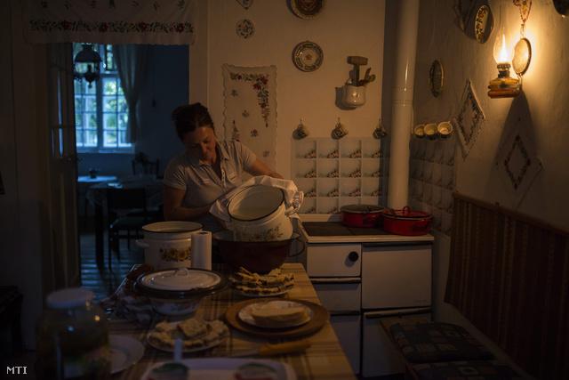 Kiscsere, 2013. szeptember 8. A Kállósemjén és Nagykálló között fekvő tanyán nincs áram, a világításhoz petróleumlámpát mécseseket és fáklyákat használnak a lakók.