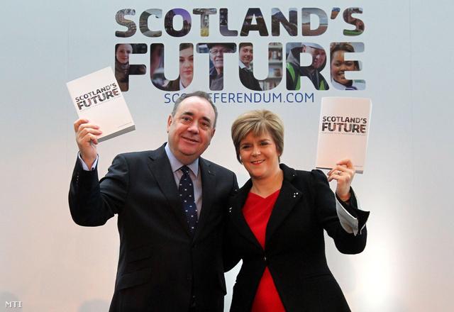 Alex Salmond, a skót tartományi kormány vezetője (b) és helyettese, Nicola Sturgeon mutatja az úgynevezett Fehér Könyvet.