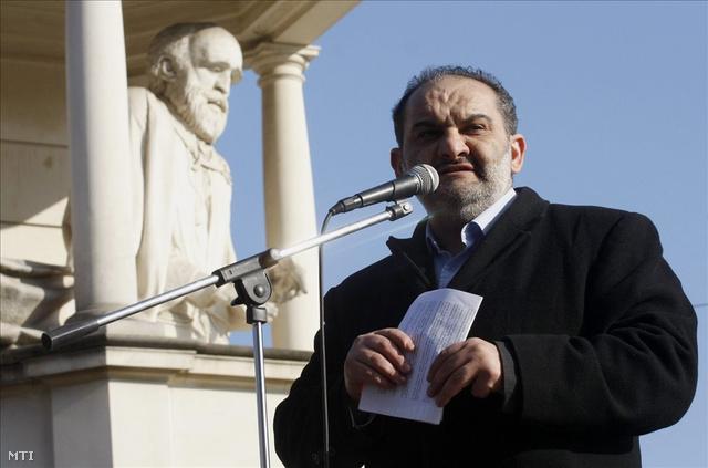 Horváth Aladár, itt a Roma Polgárjogi Alapítvány (RPA) elnökeként beszél Miskolcon, 2009-ben