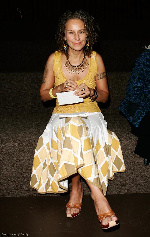 Az etikus tervezési folyamatokra és gyakorlatokra szakosodott Sass Brown a New York-i Fashion Institute of Technology egyik tanára.