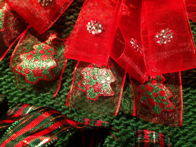 A karácsonyfás szalagot mintha a csúnya pulcsihoz találták volna ki.