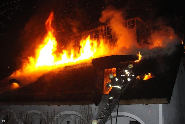 Szombat este gyulladt ki a tájház. A tüzet hajnalra sikerült eloltani, az épületet azonban életveszélyessé nyilvánították