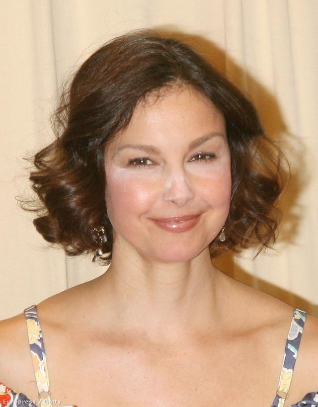 Ashley Judd a saját könyvének bemutatóján jelent meg HD púderrel az arcán. Szép emlékek.