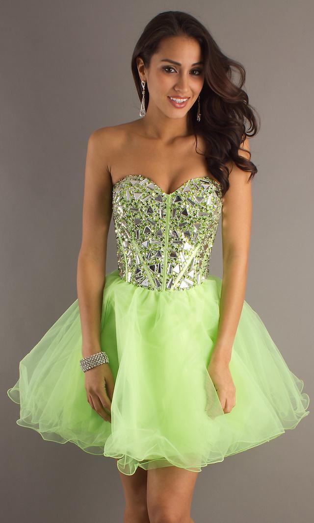 Lime zöldben sem tűnik benne túlsúlyosnak a modell.Egy ilyen ruháért 29.580 forintot kérnek a Merle Dressnél.