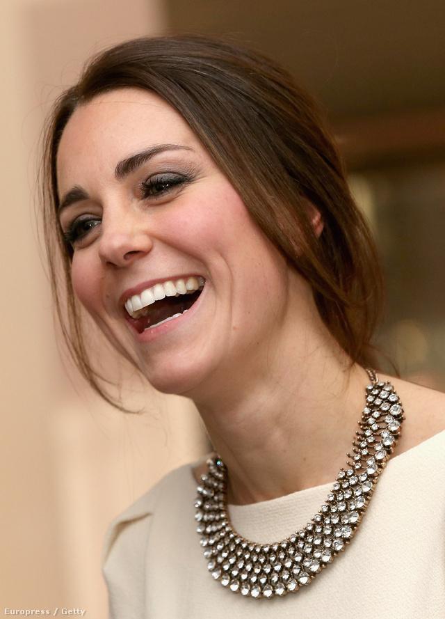 Katalin 7000 forintos Zara nyaklánccal nyakában mosolyog.