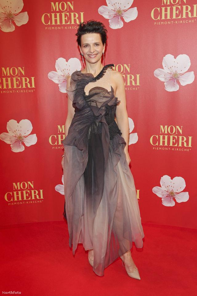 Juliette Binoche furcsa ruhában - kattintson a képre, nagyobb lesz!
