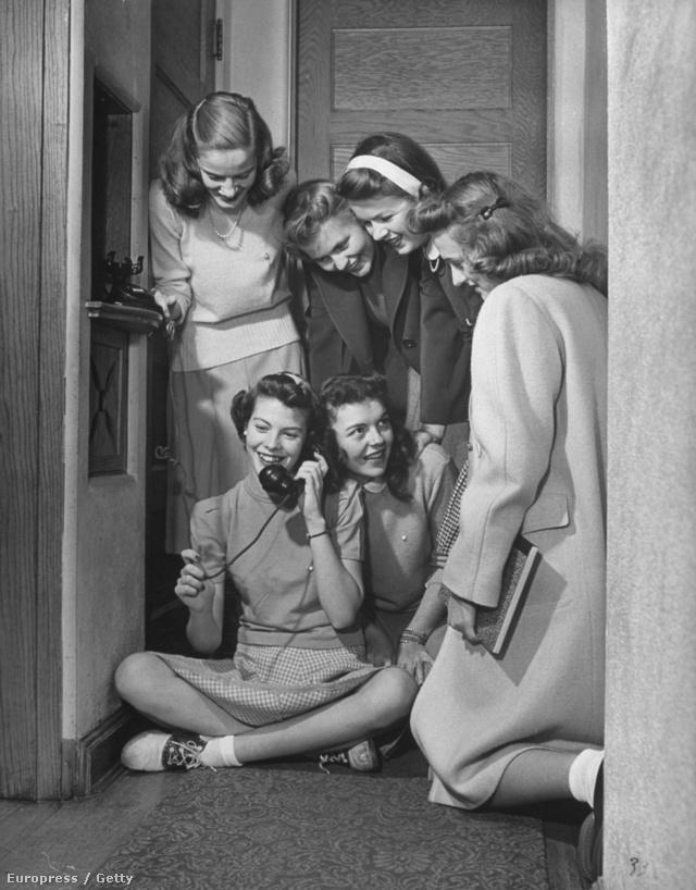 A kollégiumok folyosóján jó esetben volt egy nyilvános telefon.
