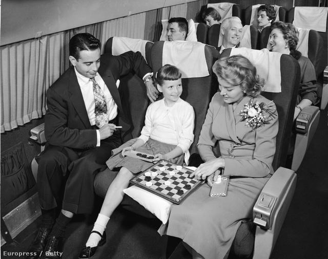 Nem volt divat elengedni magát az embernek egy repülő út alatt sem.