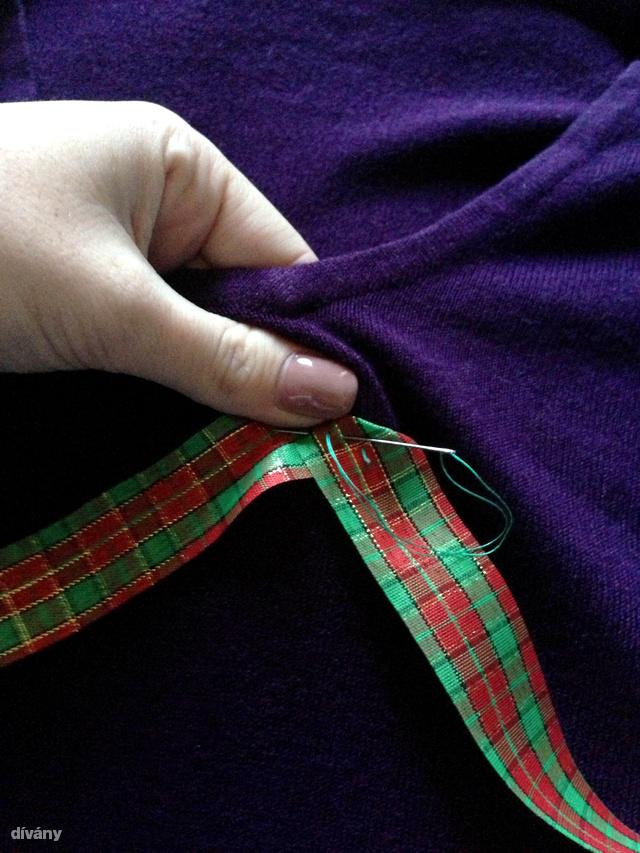 Öltögesse a fa csücskeit a pulcsihoz. Mivel a varrás a pulcsi belsejében van, ezért mindegy, milyen színű cérnát használ.