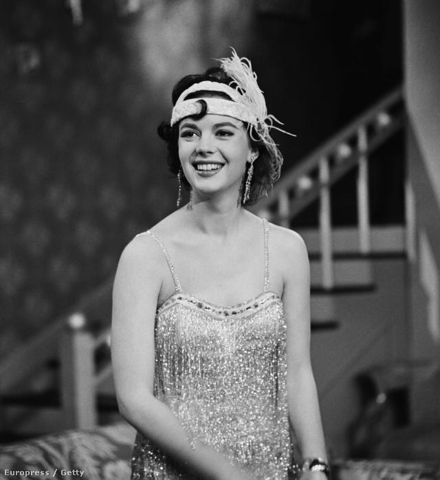 Natalie Wood egyébként is gyönyörű volt, a tollas fejdísztől viszont csak még feltűnőbb jelenség.