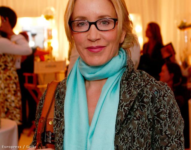 Felicity Huffman drága kendővel nyakában.