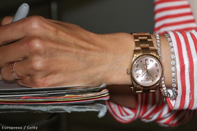 Alessandra Ambrosio Victoria's Secret modell kezén márkás óra kelleti magát.