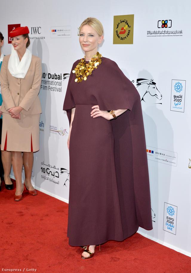 Cate Blanchett a 10. Dubaji Nemzetközi Filmfesztivál nyitóestjén egy 2014-es tavaszi-nyári kollekcióból való, bordó Valentino estélyit választott.
