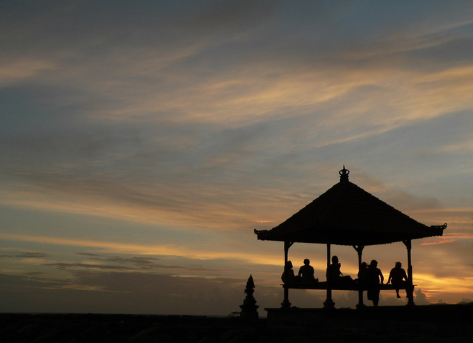 Time out. For a deserved break from their daily work, the Balinese like to relax in one of these little pavilions lining the roads, the village streets and the beach. Here you will find them chatting, admiring the sunset, dozing and of course playing with their mobile phone.