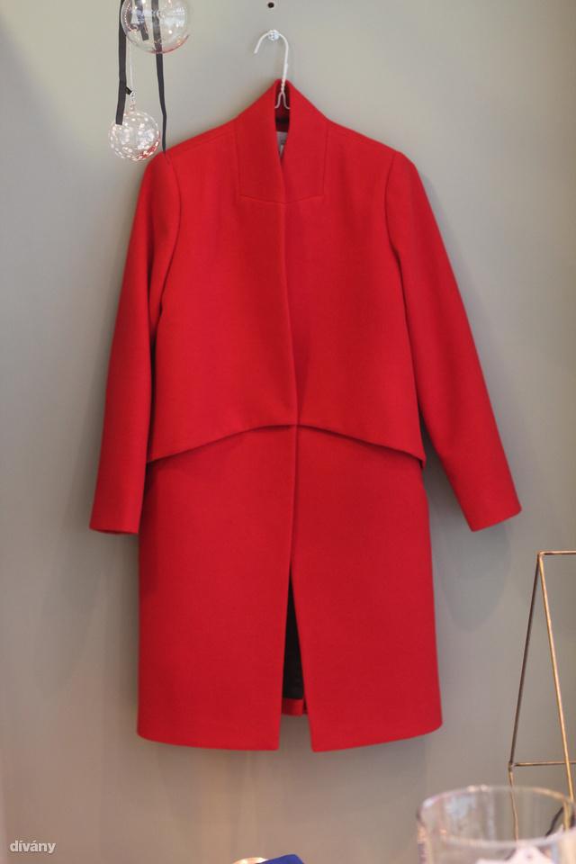 A boltban minden ruha több színben kapható. Ebből a kabátból van még teveszínű és sötétkék, illetve szürke is. 38 ezerbe kerül. Zara/Mango ár.