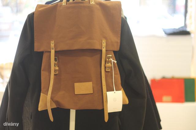 """Kétféle hátizsák, úgynevezett """"buckle bag"""" és sporttáskák is kaphatóak - a készlet erejéig."""