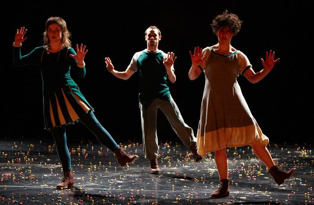 Politika, tánc, színház.