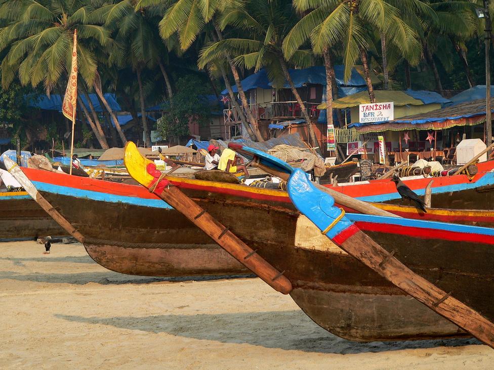 Goa, Palolem Beach. A Goa terepjárók és pickupok az egyik legkisebb, ugyanakkor a kül- és belföldi turisták körében egyaránt népszerű indiai államról, Goáról kapták a nevüket. Goa több évszázadon át portugál gyarmat volt, a korabeli viszonyok között fontos és erős gazdaságú nemzetközi kereskedelmi központként működött. Ma is gazdag helynek számít, ami elsősorban annak a következménye, hogy a téli főszezonban ömlenek a tengerparti nyaralóhelyekre az európai utazók, akik viszonylag olcsón szeretnék nagyon jól érezni magukat. A partvidék a hatvanas-hetvenes években a hippik Mekkájának számított. Mára elérte a tömegturizmus, de lehet még találni kellemes öblöket, ahol a könnyű tudatmódosítók fogyasztásával párosított laza életstílus az úr. Goa az indiaiak szemében a kellemes jólét és a menő életvitel szinonimája, ugyanakkor világszerte ismert nyaraló-, pontosabban telelőhely, így a Mahindra által választott név hazai pályán és külföldön is működik