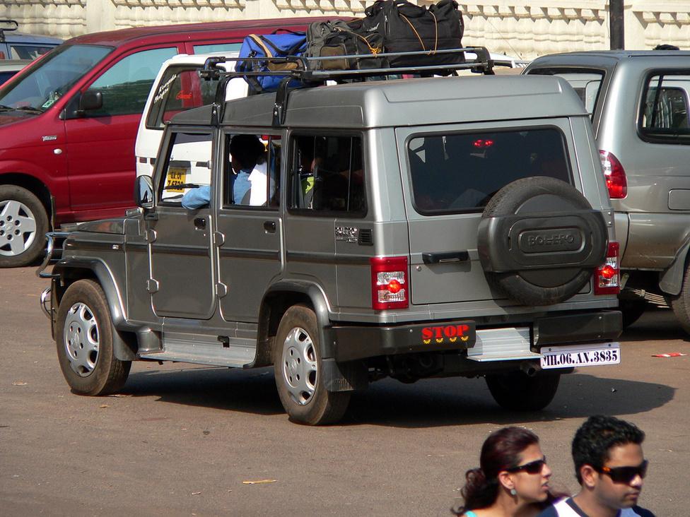 A Mahindra nem csak a fapados szegmensben villog Indiában, de a látványosabb, kényelmesebb gépek gyártásában is otthon van. Sokan a Bolerót tartják a cég legjobban sikerült típusának. Masszív mechanikájának és összkerékhajtásának köszönhetően jól bírja az indiai utakat, amelyeken viszonylagos kényelemben zötykölődhetnek végig az utasok. Ötajtós kivitelének köszönhetően sokat használnak iránytaxiként, hosszabb távok megtételére, akár több ezer kilométeres zarándokutakra is. 2,5 literes dízelmotorját 2011-ben modernizálták, közös nyomócsöves befecskendezést kapott. Indiai felhasználói vélemények szerint ez egy jó és stílusos autó. És ki merne kötekedni egy 1,2 milliárd embert számláló nemzettel? Pláne, hogy a Bolero most már látványos is: a 2011 végi ráncfelvarráskor a  fényjátékokat kedvelők örömére teljesen digitális műszerfalat kapott