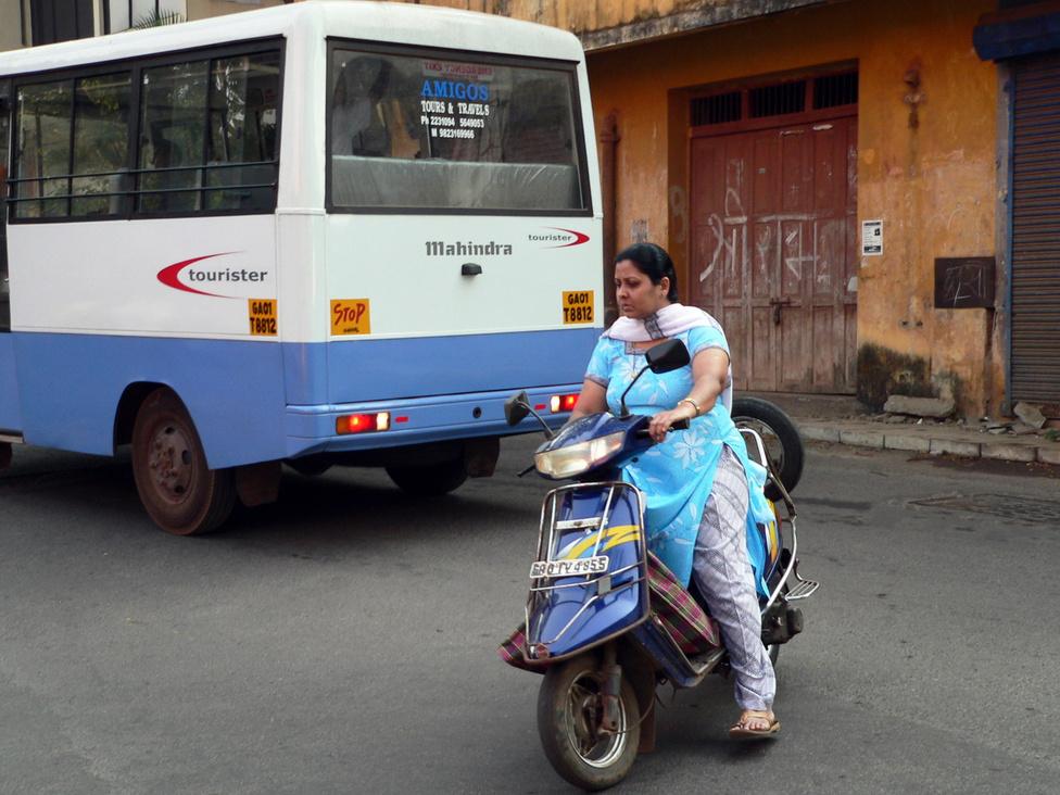 Igazi indiai járműipari óriásként a Mahindra nem marad ki a buszgyártásból sem. A képünkön fenekét mutogató Touristert 16-40 üléses változatokban gyártják, és nemcsak városi vagy helyközi utasszállításra használják, de iskolabuszként is sokat adnak el belőle. Ennek is van gázos változata, ami az indiai árarányok mellett a dízeles kivitelhez képest 20-30 százalékkal kevesebb üzemanyagköltséggel üzemeltethető. A bódé szépsége itt is másodlagos, a lényeg az erős alváz és a strapabíró futóművek, amik kilométerek millióin bizonyítottak már a rossz utakkal behálózott hatalmas országban