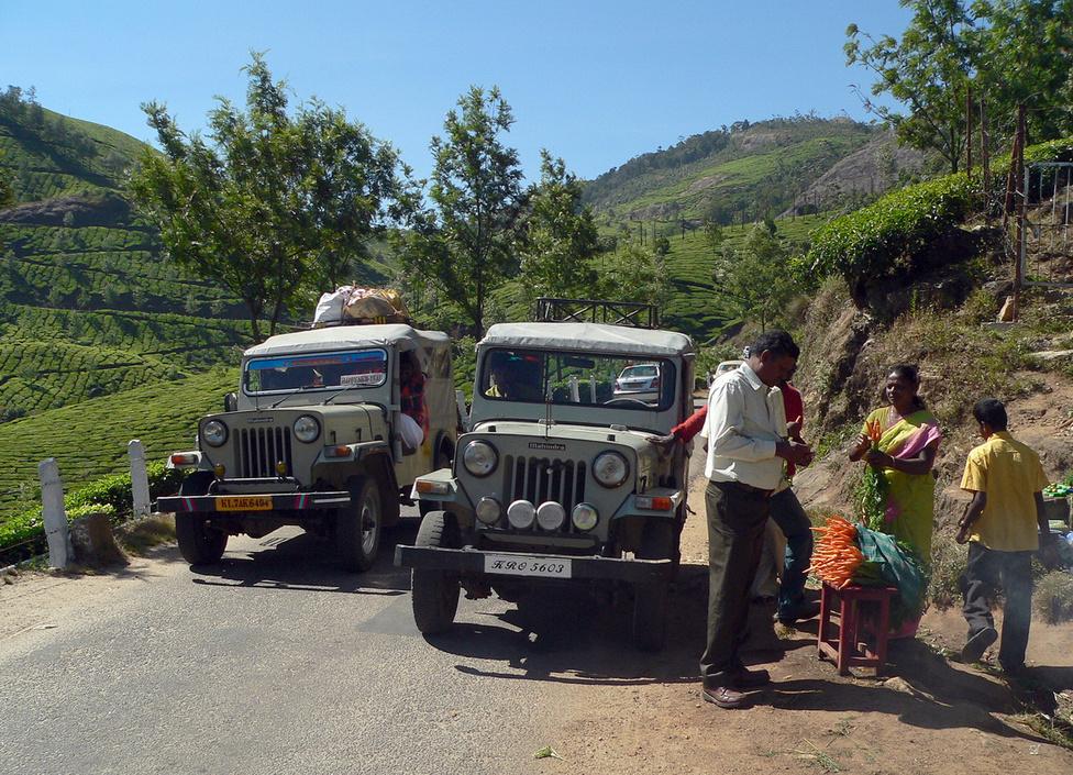 A II. világháború túlélői. A mára kiterjedt, jövedelmező vállalatcsoporttá fejlődött M&M, azaz Mahindra and Mahindra családi vállalkozás története 1945-ben kezdődött, az amerikai Willys Jeep-ek gyártásával. Ezek az egyszerű szerkezetű, könnyen javítható katonai terepjárók annyira beváltak az indiai terep- és társadalmi viszonyok között, hogy ma is gyártják őket. Pontosabban egyenes ági leszármazottjukat, a CJ340 típust, amin az elmúlt évtizedekben alig változtattak, mert minek. India hegyes-völgyes vidékei ma is tele vannak velük, addig hajtják őket, amíg ki nem lehelik a lelküket, majd ezt követően még vagy húsz éven át. Ebből az amerikai őstípusból nőtt ki a cég termékpalettája, ami ma már az indiai körülmények között luxusterepjárónak számító XUV500-asig terjed