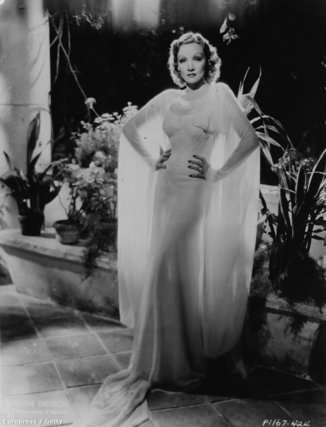 Marlene Dietrich sem akart kimaradni a jóból. Igen, őt is hátulról világították meg a sejtelmesség jegyében.