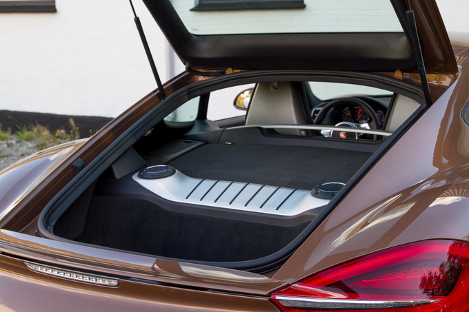 Despite having two luggage rooms the Cayman still offers less cargo space than a regular car. The rear compartment is about 162 litres
