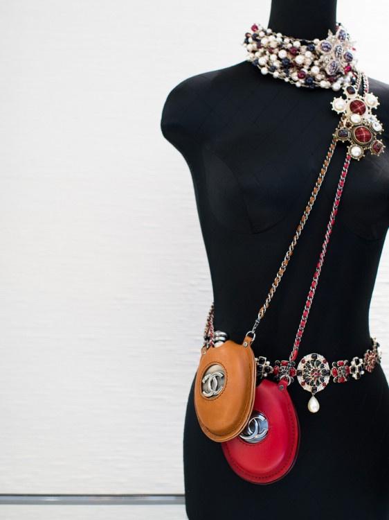 A Chanel lapos üveg tartóért 827.000 – 1,1 millió forint kérnek.