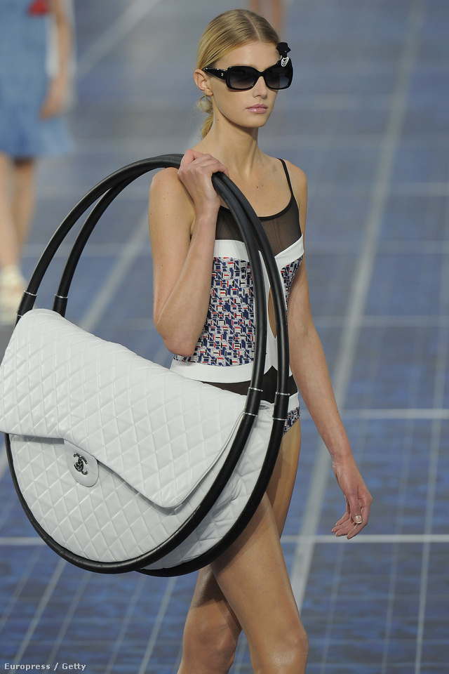 Lagerfeld szerint praktikus a hulahopp táska.